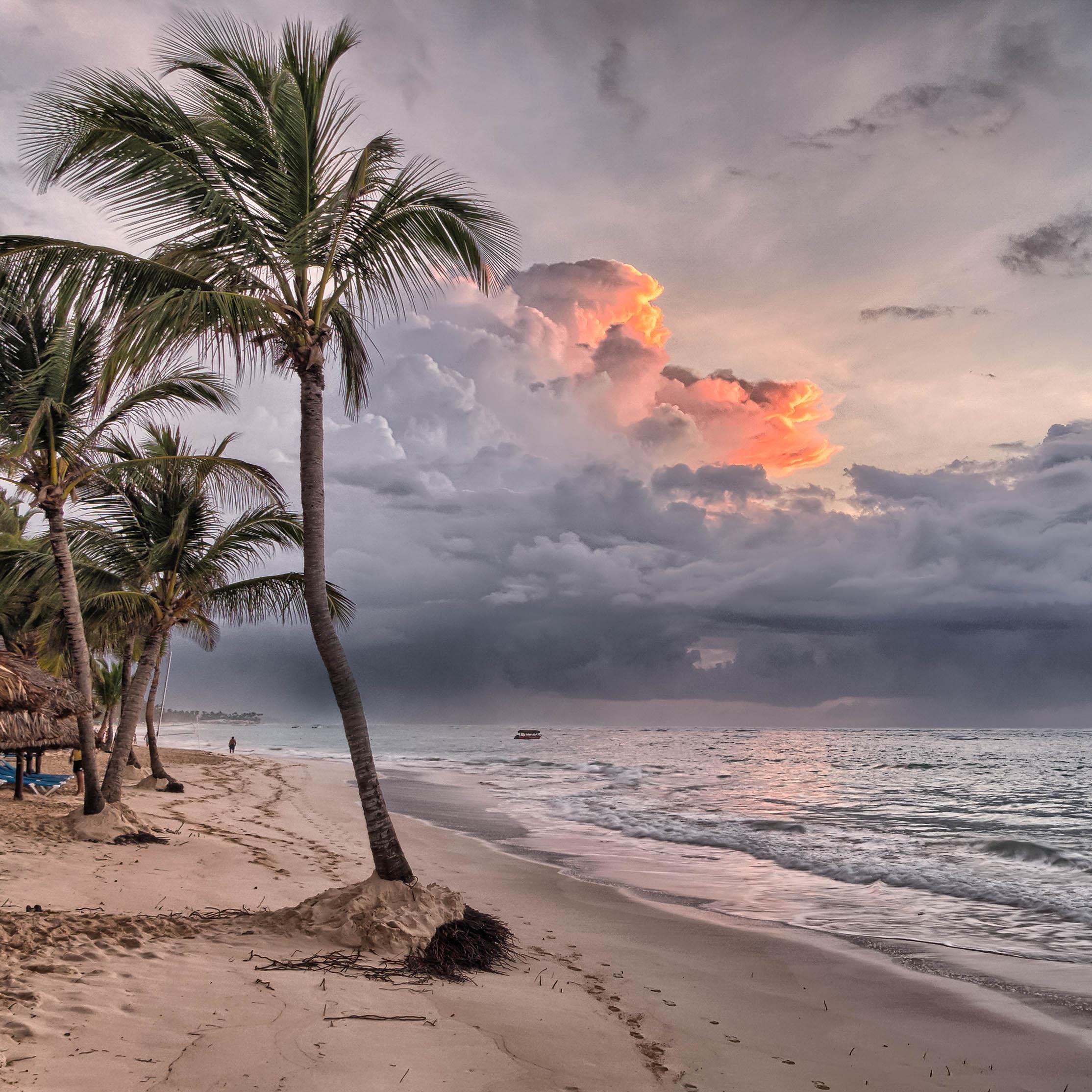 Tomar el sol nublado en la playa