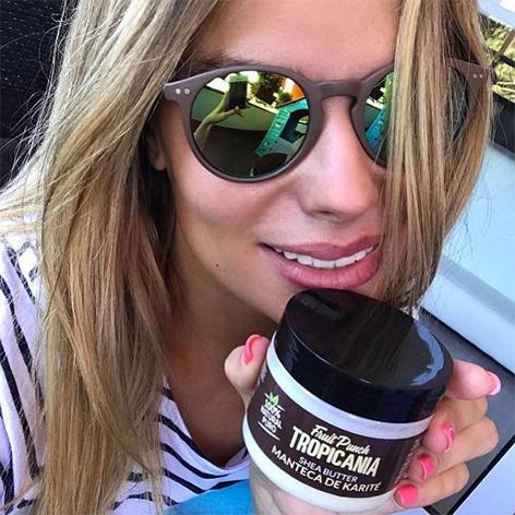 @marialapiedra1 con gafas de sol y mascarilla capilar tropicania