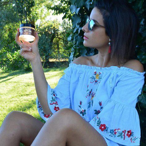 @stylemonique con gafas de sol y aloe vera tropicania