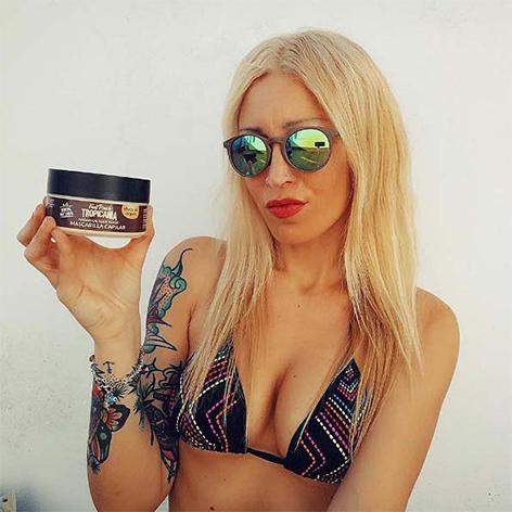 @zai_trece con gafas de sol y mascarilla capilar tropicania